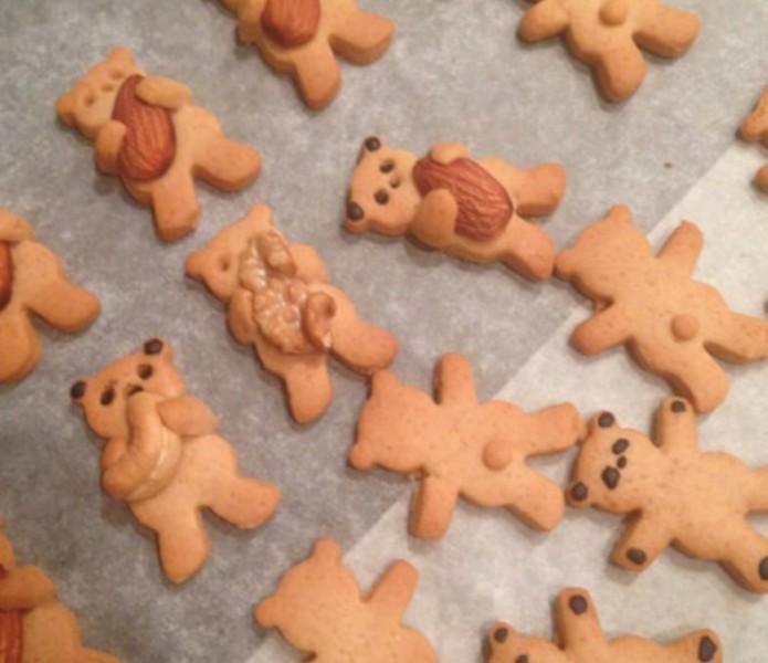 Křehké sušenky s oříšky medvídci objímající oříšky recept