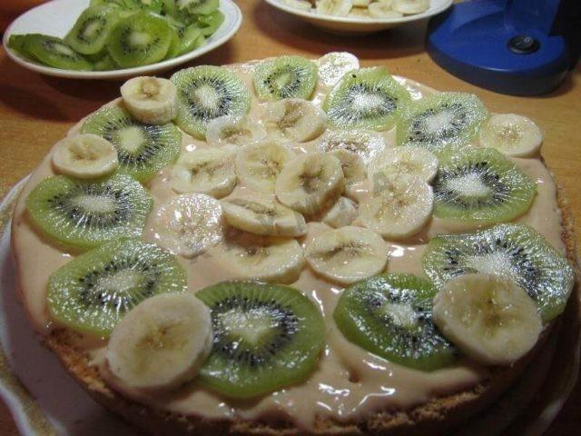 Rychlý jogurtový koláč bez pečení s kiwi a banánem recept