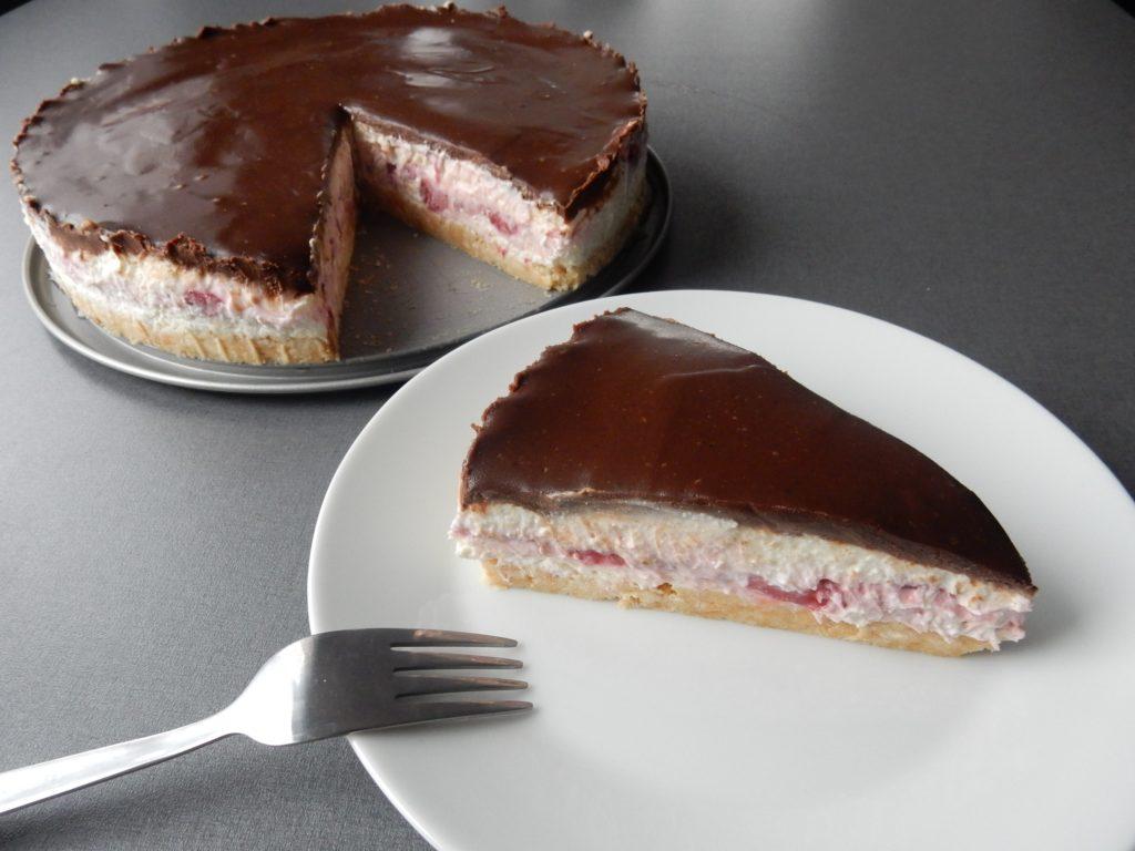 Tvarohový dort ze sušenek a polevy zledových čokoládek