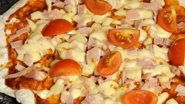 Snadná a nízkonákladová pizza z pánve podle receptu Jamieho Olivera se stala světovým hitem