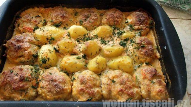 Vynikající a velmi jednoduchý oběd pro celou rodinu: Karbanátky, brambory a smetanová omáčka na jednom plechu !