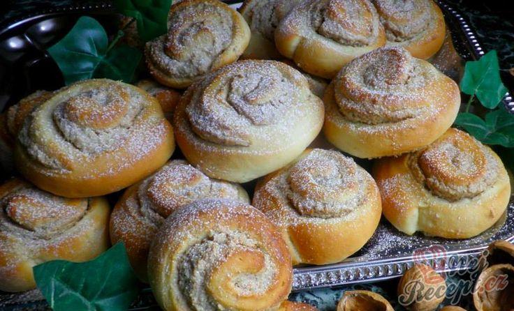 Ořechové šneky z kynutého tvarohového těsta