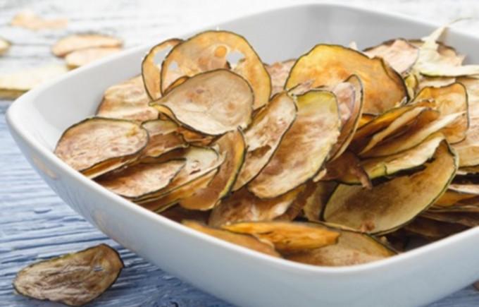 Bez oleje připravené chipsy z cukety