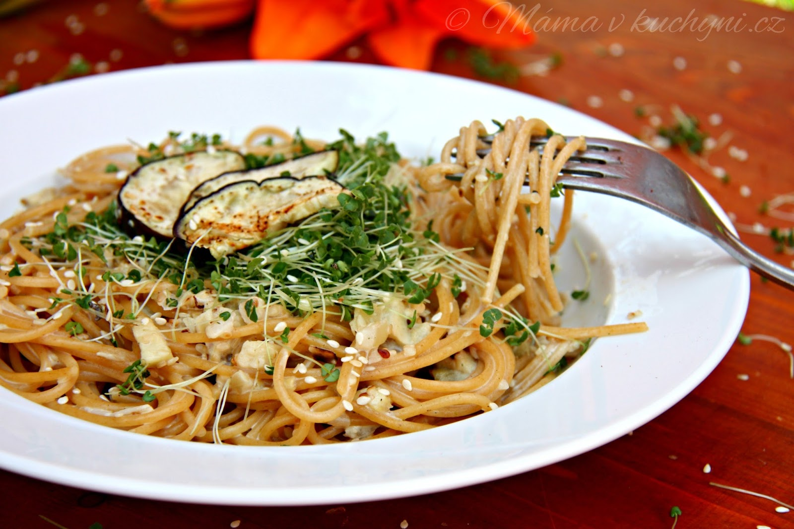 Špagety s lilkovou omáčkou a klíčenými chia semínky (od 1 roku)