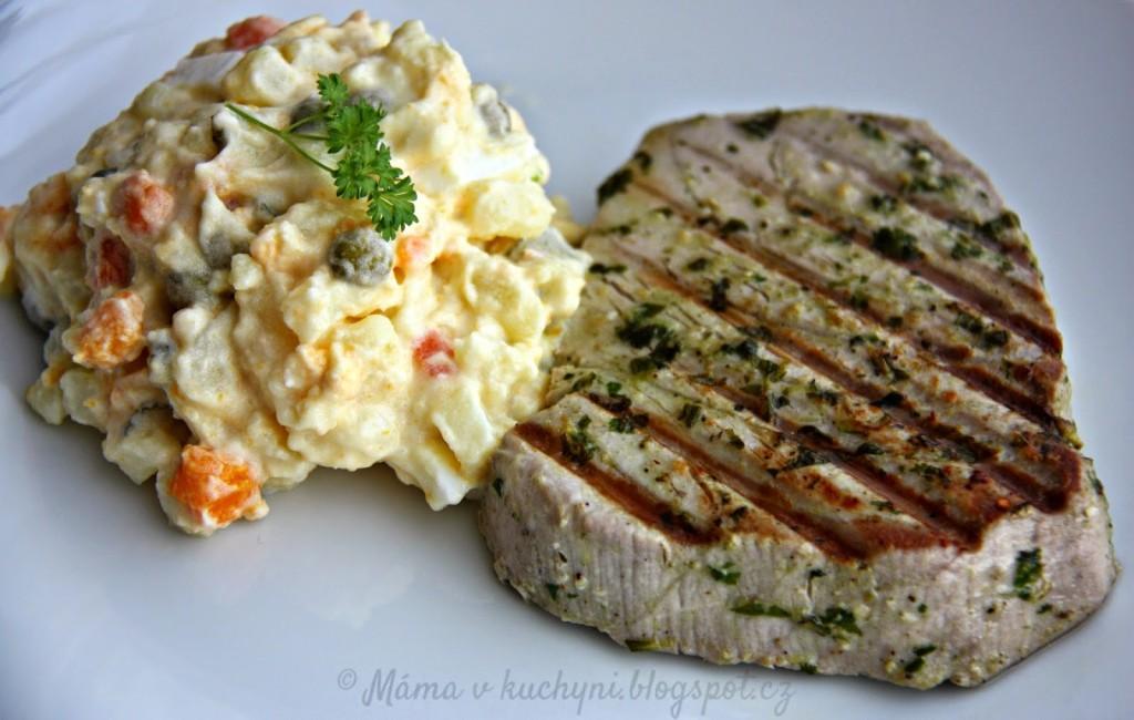 Grilovaný steak z tuňáka v bylinkové marinádě (od 1 roku)