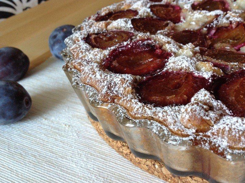 Mandlový koláč se švestkami a marcipánem