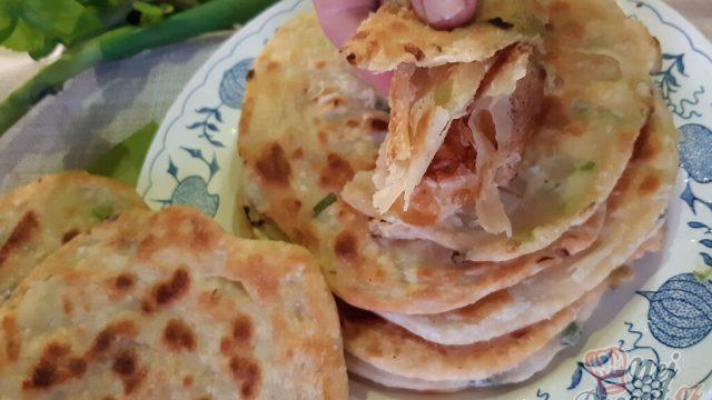 Levné, rychlé a chutné chlebové placky s jarní cibulkou bez kynutí