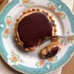 Nepečené tartaletky s burákovým máslem a čokoládovou polevou