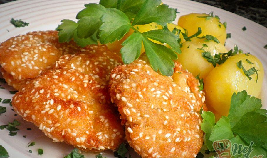 Kuřecí řízečky v trojobalu se sezamovým semínkem a nové brambory