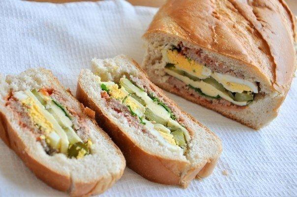 Plněný chlebíček na snídani nebo k večeři