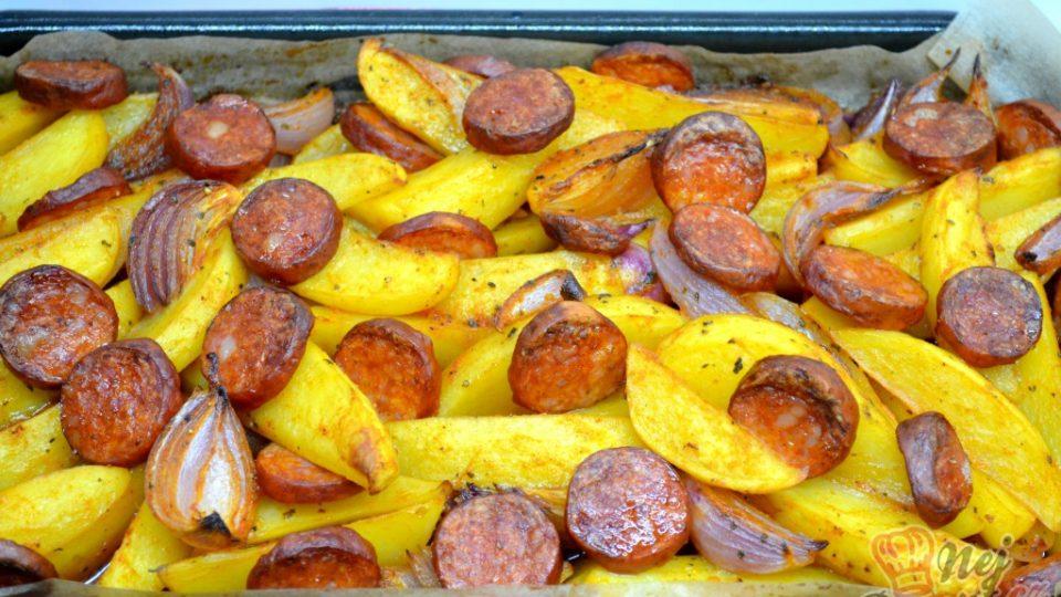 Zapečené brambory s cibulí a párkem